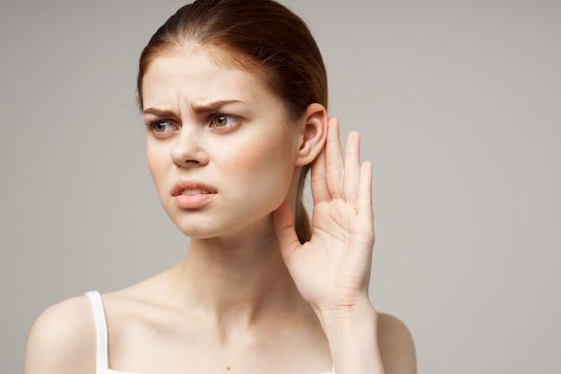 Femme malade douleur à l'oreille otite des médias problèmes de santé infection fond clair