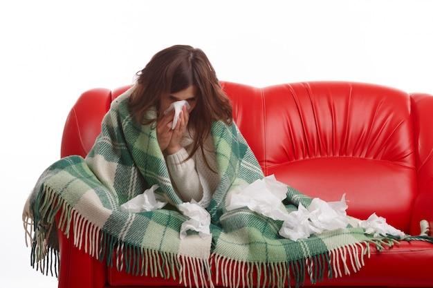 Femme malade entouré de tissus