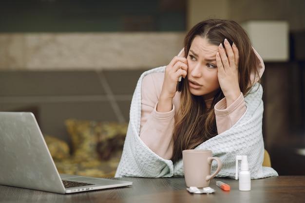 Femme malade avec maux de tête assis à la maison