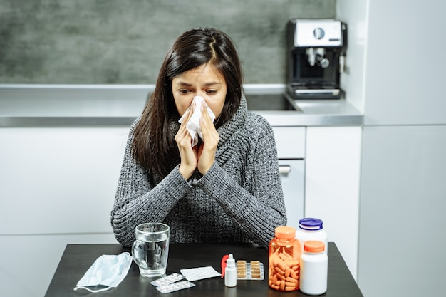 Femme malade, à, médecine, souffler, nez, à, essuyer papier, chez soi