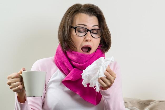 Femme malade avec un mouchoir