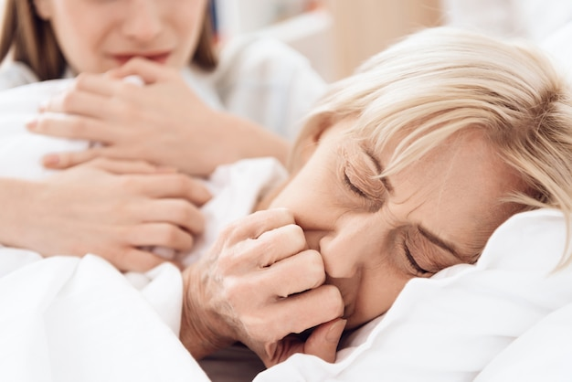 Femme malade ne dort pas paisiblement à l'hôpital