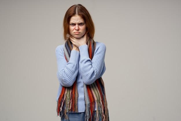 Femme malade problèmes de santé température fond isolé. photo de haute qualité