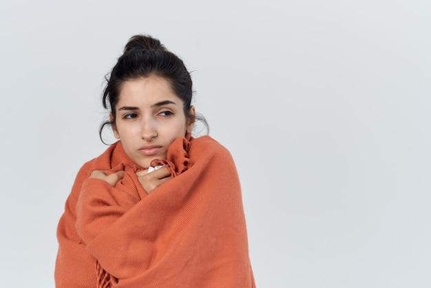 Une femme malade s'est couverte d'une couverture problèmes de santé du nez qui coule