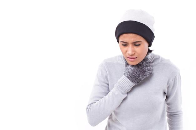 Femme malade souffrant de mal de gorge