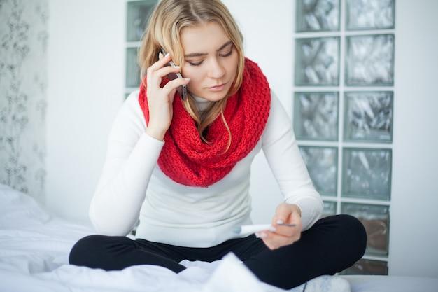 Une femme malade souffre d'un rhume à la maison