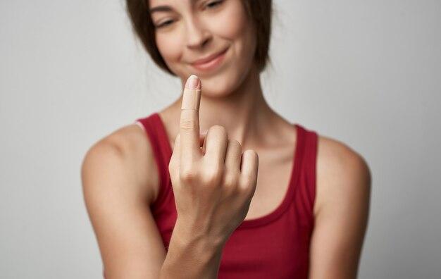 Femme malade en t-shirt rouge problèmes de santé allergie au froid.