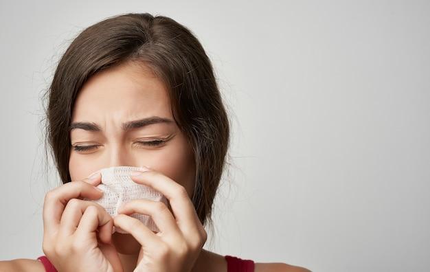 Femme malade en t-shirt rouge problèmes de santé mouchoir froid