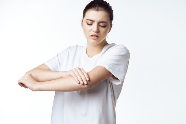 Femme malade en tshirt blanc douleur problèmes de santé insatisfaction