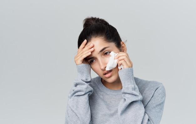 Femme maladie nez qui coule problèmes de santé pull copy space. photo de haute qualité