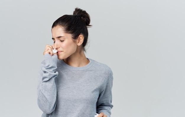 Femme maladie nez qui coule problèmes de santé pull