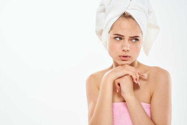Femme malheureuse aux épaules nues problèmes de peau dermatologie. photo de haute qualité