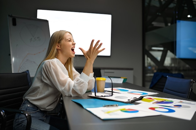 Femme manager fatigué dormant à table, bureau informatique
