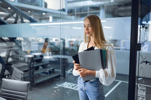 Femme manager, intérieur du bureau informatique sur fond