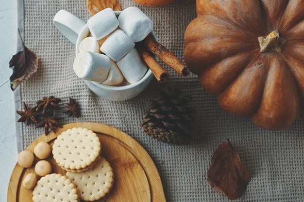 Femme mange des biscuits femme manger des biscuits et boire du café.