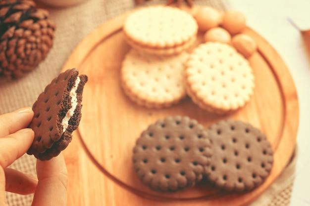 Femme mange des biscuits femme, tenue, biscuit chocolat
