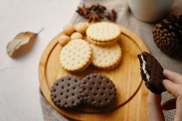 Femme mange des biscuits