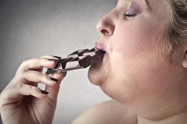 Femme mange un choco
