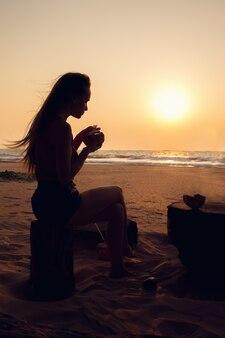 Femme mange de la noix de coco