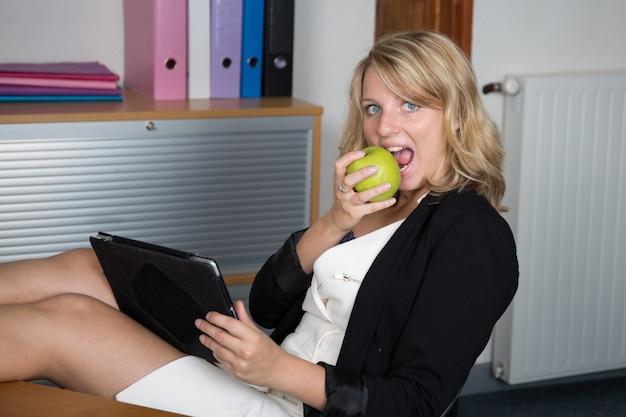 Femme Mange, Pomme, Et, Sourire, Quoique, Séance, Lieu Photo Premium