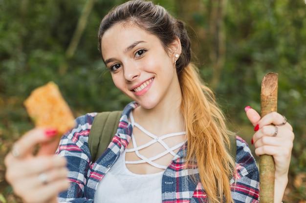 Femme mangeant une barre de céréales