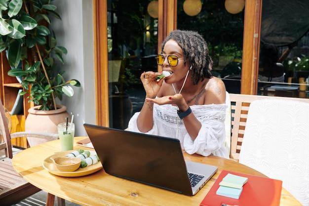 Femme mangeant de la nourriture pendant le travail