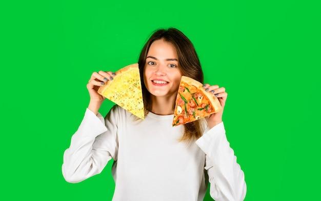 Femme mangeant de la pizza femme avec des tranches de pizza déjeuner alimentaire fille heureuse tenant des tranches de pizza dans les mains