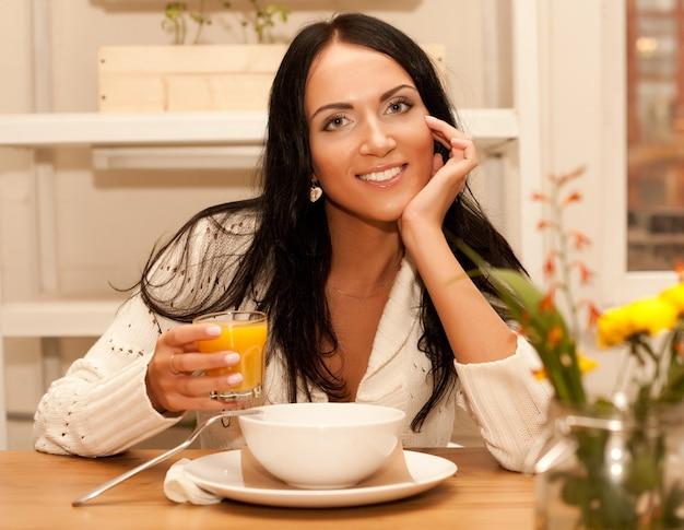 Femme mangeant de la salade à la maison