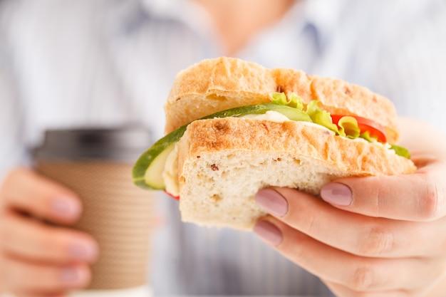 Femme, manger, blé entier, sandwich, sauce, pain, pendant, déjeuner
