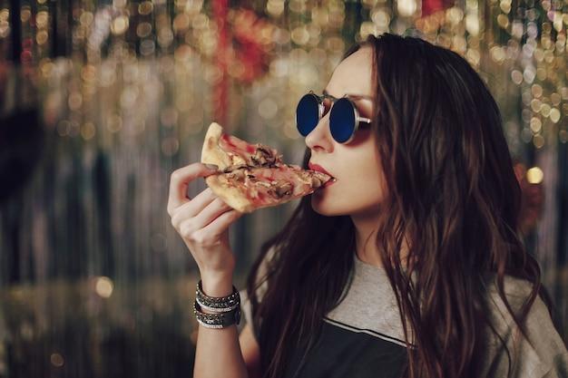 Femme, manger, savoureux, pizza