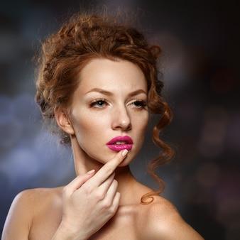 Femme mannequin beauté aux cheveux roux bouclé, longs cils. belle femme élégante avec une peau lisse et saine.