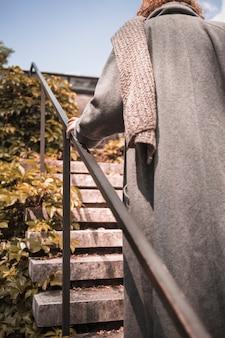 Femme, manteau, escalade, sur, étapes