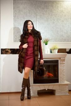 Femme avec manteau de fourrure. fille dans un manteau de fourrure en boutique. concept de vêtements de luxe.