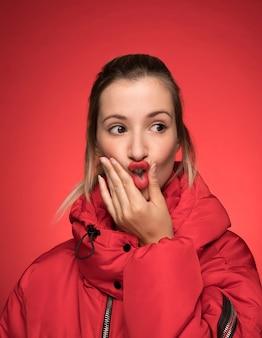 Femme avec manteau d'hiver rouge