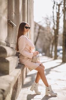 Femme en manteau marchant dans la rue