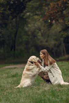 Femme En Manteau Marron. Dame Avec Un Labrador Photo gratuit