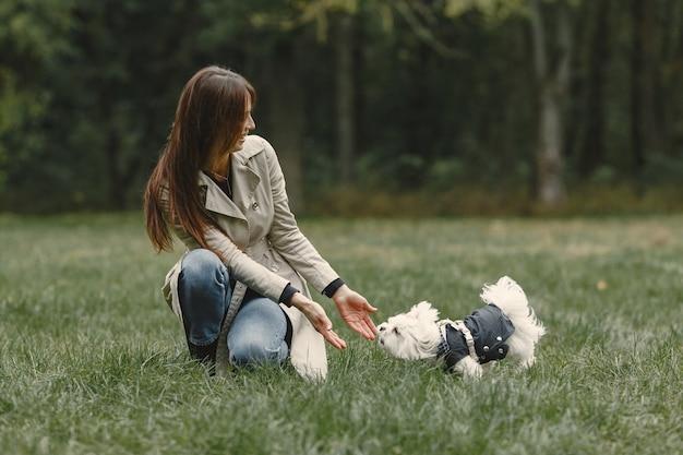 Femme en manteau marron. dame avec un labrador