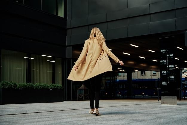 Femme en manteau promenades à city street