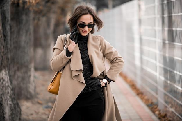 Femme en manteau avec un téléphone