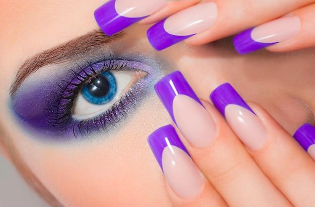Femme avec manucure française violette