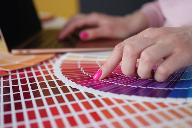 Femme avec manucure rose montrant des échantillons de couleur en gros plan catalogue