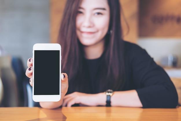 Femme avec maquette de téléphone intelligent
