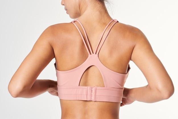 Femme en maquette de vêtements de sport rose bébé