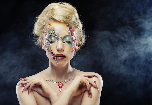 Femme avec un maquillage artistique brillant