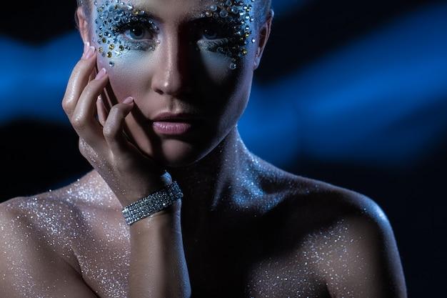 Femme avec maquillage artistique