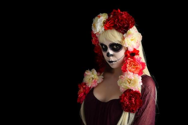 Femme avec maquillage de crâne de sucre et cheveux blonds isolés
