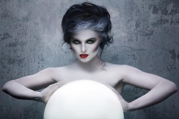 Femme avec maquillage créatif et body-art