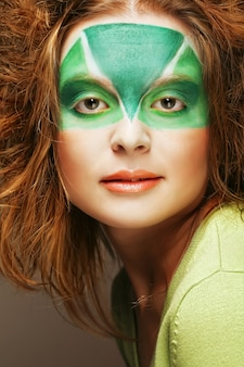 Femme avec maquillage créatif vert