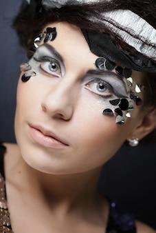 Femme avec maquillage créatif
