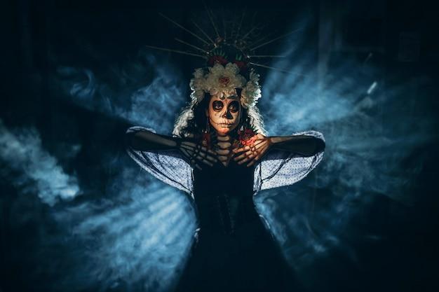Femme avec le maquillage d'halloween crâne mexicain sur son visage. jour des morts et halloween